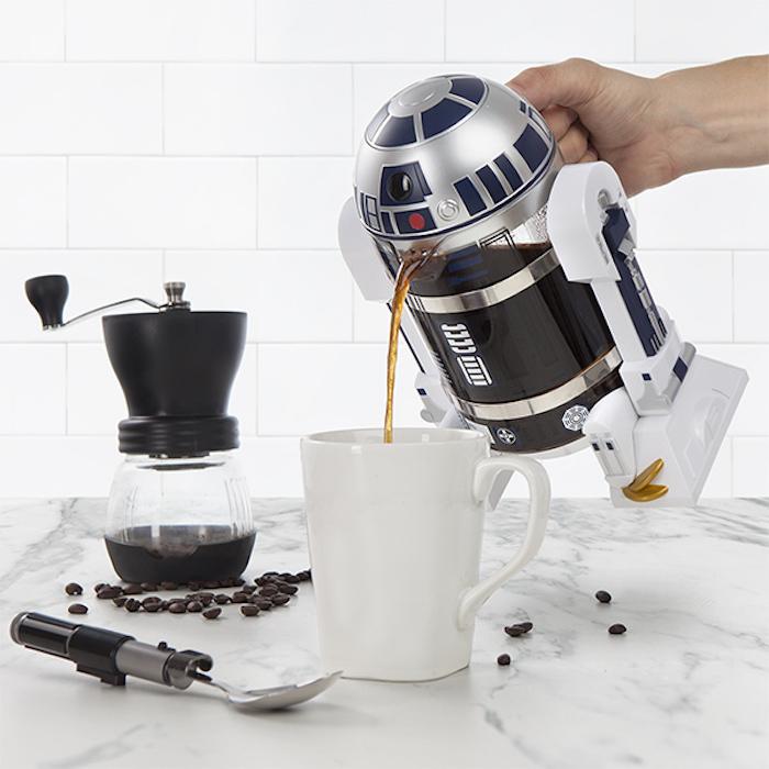 R2-D2が口からコーヒーを注いでくれるフレンチプレス「Star Wars R2-D2 Coffee Press」の紹介。内容量は32オンスと、やや大きめのサイズ。細部までこだわったデザインが施されているので、『スターウォーズ』ファンも唸ること間違いナシ。top