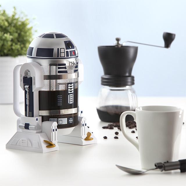 R2-D2が口からコーヒーを注いでくれるフレンチプレス「Star Wars R2-D2 Coffee Press」の紹介。内容量は32オンスと、やや大きめのサイズ。細部までこだわったデザインが施されているので、『スターウォーズ』ファンも唸ること間違いナシ。1