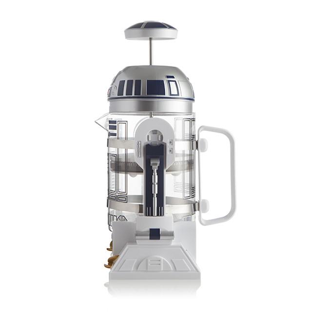 R2-D2が口からコーヒーを注いでくれるフレンチプレス「Star Wars R2-D2 Coffee Press」の紹介。内容量は32オンスと、やや大きめのサイズ。細部までこだわったデザインが施されているので、『スターウォーズ』ファンも唸ること間違いナシ。3