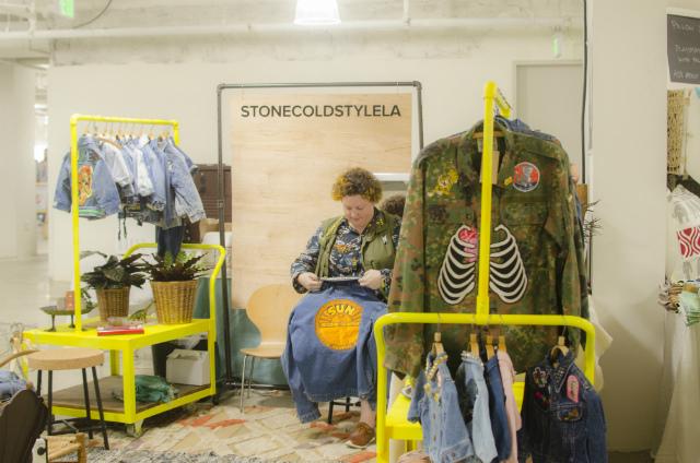 「ローカルデザイナーの活躍の場を広げたい!」という思いから、2008年より始まったマーケットイベント「UNIQUE LA」。ロサンゼルスダウンタウンの一角で年に2回開催され、今では一度の開催に10万人近くの入場者が訪れる、LAのトレンドイベントのひとつになっています。Laurenさんが出店する「StoneColdStyleLA」。