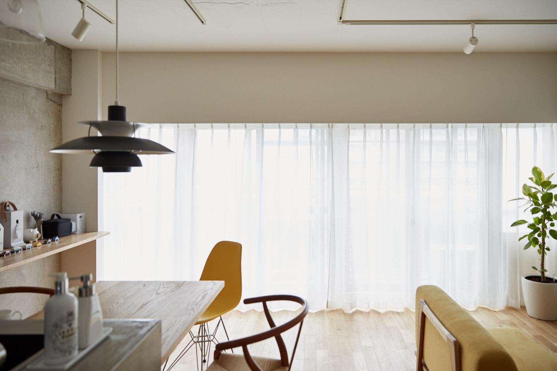 マイホームの購入をなかなか決断できない人がいる一方、27歳の小山和之さんと奥様は、35年ローンで都内のリノベ物件に住むことを選択しました。建築事務所で働いていた経験を活かし、細かいディテールまでこだわって完成させた家は、造作キッチンや小上がり、収納、作り付け棚など新婚のふたりにとっての理想の空間。6