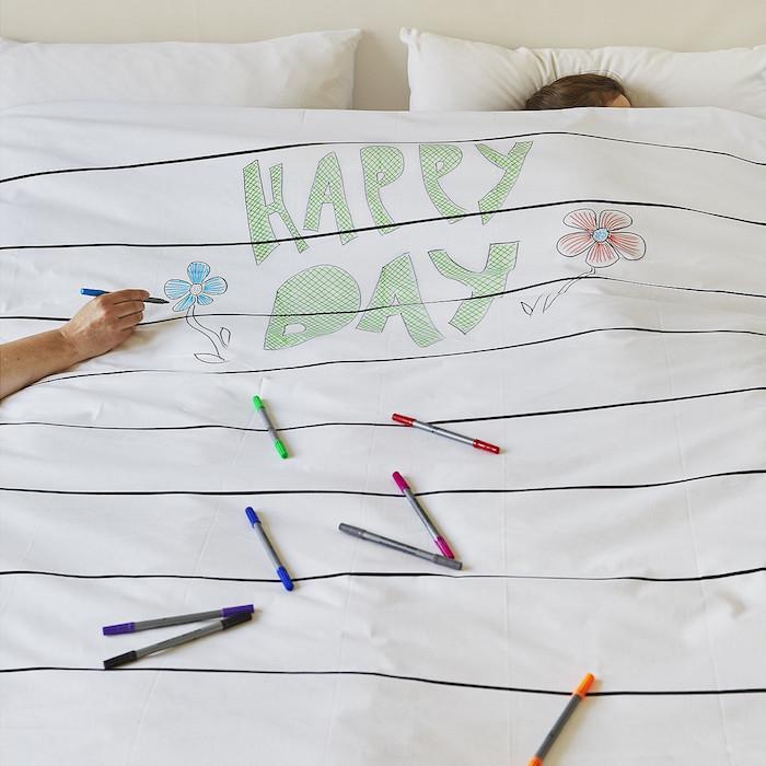 落書きし放題の枕カバーと羽毛布団「the new home bundle」の紹介。週ごとの予定を書き込んだり、仕事で使うアイディアを図にしたりと、クリエイティブな使い方ができます。サプライズや、おもてなしのメッセージを綴るのにもぴったりです。top