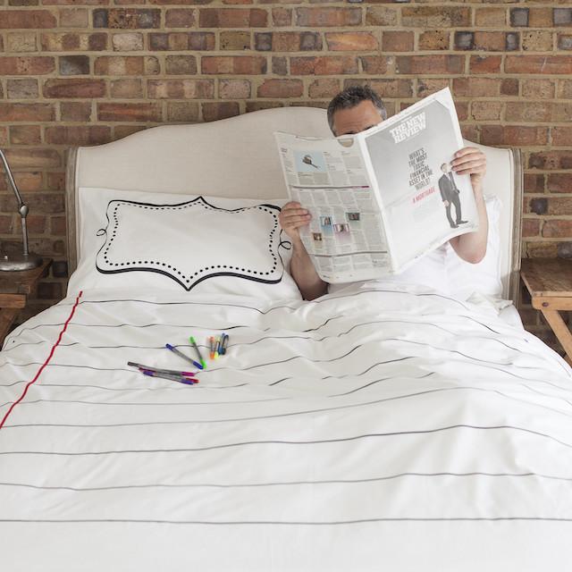 落書きし放題の枕カバーと羽毛布団「the new home bundle」の紹介。週ごとの予定を書き込んだり、仕事で使うアイディアを図にしたりと、クリエイティブな使い方ができます。サプライズや、おもてなしのメッセージを綴るのにもぴったりです。1