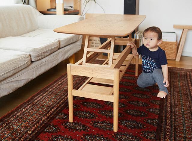 安産・子育ての神様として親しまれる雑司が谷の鬼子母神で、レトロなデザイナーズマンションに暮らす家族を取材しました。ご主人の飛嶋由馬さんはデザイン事務所ampersandsを構えるデザイナー。奥様の直子さんはオンライン・セレクトショップ「CINRA.STORE」のショップディレクターです。おしゃれで木の家具が素敵な家のNAUTのダイニングテーブル2