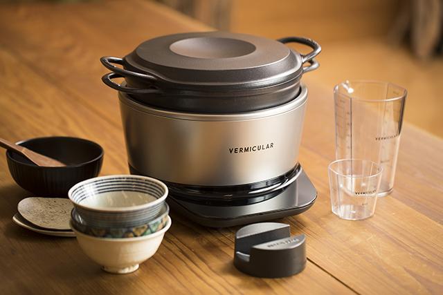 愛知県名古屋市で1936年に創業した鋳造メーカー・ドビーによる、料理好きに話題の鋳物ホーロー鍋「バーミキュラ」。無水調理を可能にするメイドインジャパンの職人による技術を総動員し、最高の温度で、最高においしいごはんが炊ける炊飯器「バーミキュラ ライスポット」をレビューします。2