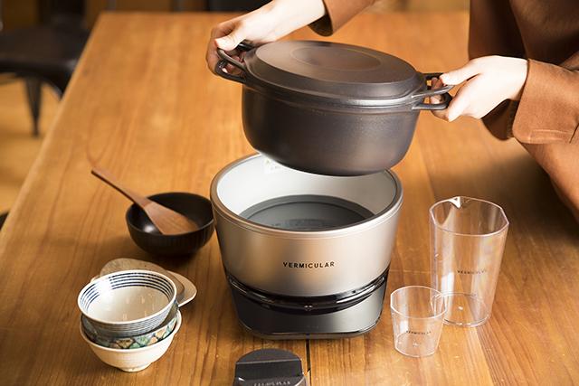 愛知県名古屋市で1936年に創業した鋳造メーカー・ドビーによる、料理好きに話題の鋳物ホーロー鍋「バーミキュラ」。無水調理を可能にするメイドインジャパンの職人による技術を総動員し、最高の温度で、最高においしいごはんが炊ける炊飯器「バーミキュラ ライスポット」をレビューします。3