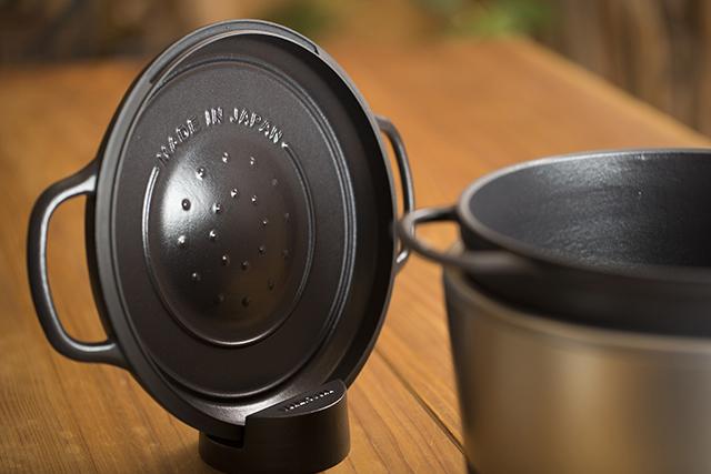 愛知県名古屋市で1936年に創業した鋳造メーカー・ドビーによる、料理好きに話題の鋳物ホーロー鍋「バーミキュラ」。無水調理を可能にするメイドインジャパンの職人による技術を総動員し、最高の温度で、最高においしいごはんが炊ける炊飯器「バーミキュラ ライスポット」をレビューします。5