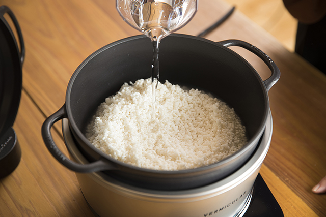 愛知県名古屋市で1936年に創業した鋳造メーカー・ドビーによる、料理好きに話題の鋳物ホーロー鍋「バーミキュラ」。無水調理を可能にするメイドインジャパンの職人による技術を総動員し、最高の温度で、最高においしいごはんが炊ける炊飯器「バーミキュラ ライスポット」をレビューします。7