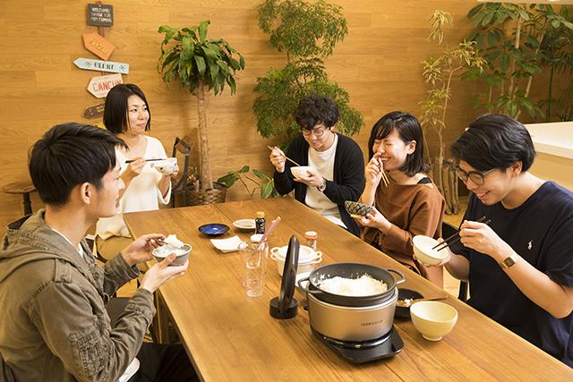 愛知県名古屋市で1936年に創業した鋳造メーカー・ドビーによる、料理好きに話題の鋳物ホーロー鍋「バーミキュラ」。無水調理を可能にするメイドインジャパンの職人による技術を総動員し、最高の温度で、最高においしいごはんが炊ける炊飯器「バーミキュラ ライスポット」をレビューします。12