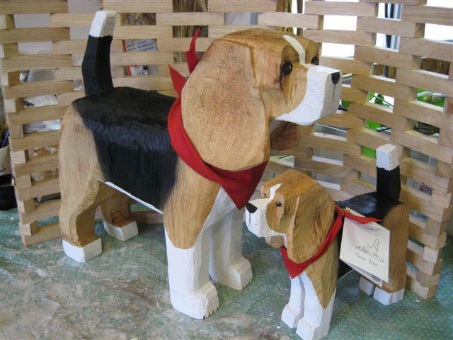 アメリカのアイダホ州にある、ビーグル犬の形をしたユニークな建物「Dog Bark Park Inn」を紹介します。小さな田舎町に位置し、自然豊かな景色の中でビーグル犬がかなり目立っています。1泊の値段はUS98ドル。手頃な価格も魅力的です。受付にもビーグル犬が。