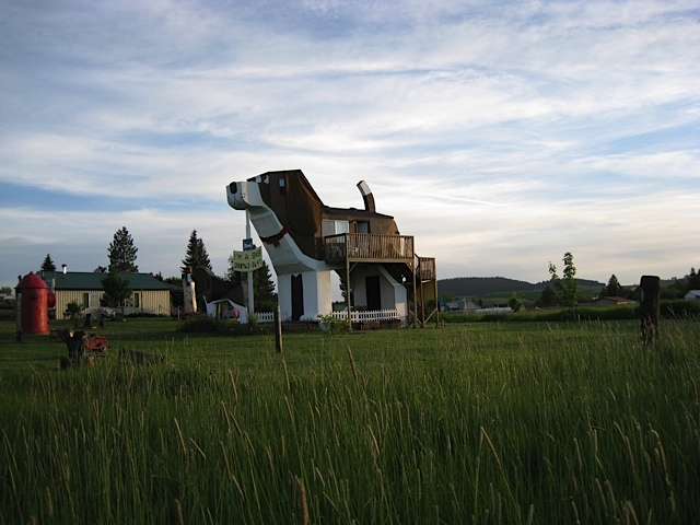アメリカのアイダホ州にある、ビーグル犬の形をしたユニークな建物「Dog Bark Park Inn」を紹介します。小さな田舎町に位置し、自然豊かな景色の中でビーグル犬がかなり目立っています。1泊の値段はUS98ドル。手頃な価格も魅力的です。8月から10月末までの期間限定運営。1泊の値段は98ドル~と、手頃な価格も魅力的です。