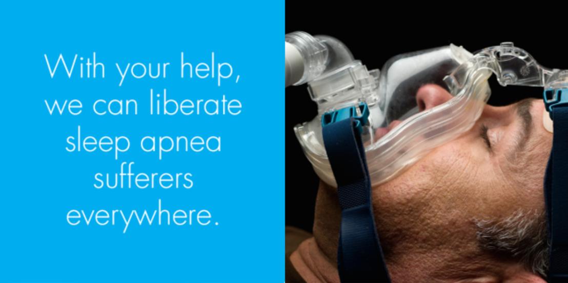 睡眠時無呼吸症候群の患者のために作られた、快眠ガジェット「Airing」のご紹介。寝ているうちに呼吸が止まり、脳や心臓への酸素の供給が滞ってしまう恐ろしい病気。カナル型イヤホンのような「ノーズバッド」の部分を、鼻の穴に装着するだけ。空気の吸入と排出は別の部分で行われます。2