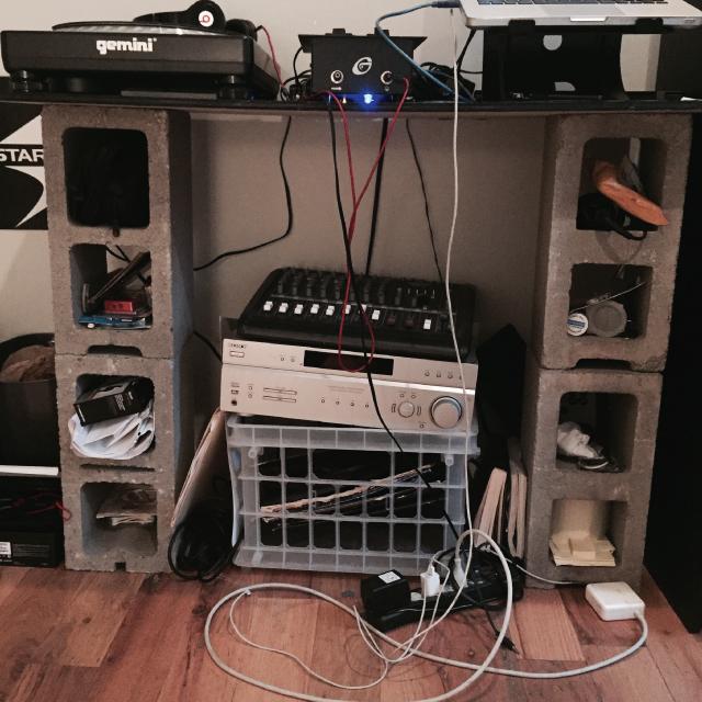 部屋にDJスペースがあると、ガラリと印象が変わりますよね。DJセットをすでに持っている方もこれから購入する予定の方も、機材が多く設置場所や方法、配置に困っている方は多いハズ。ルーミーの部屋取材で登場した「DJスペース」の配置テクを紹介します。