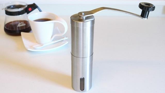 コーヒーは挽きたて淹れたてが一番おいしいのは言うまでもありませんが、コーヒー豆を挽く「ミル」は意外に場所をとるキッチンツールの一つです。そこで紹介したいのがスリム型のコーヒーミル「E-PRANCE 手挽きコーヒーミル」。スリムなシェイプなので、収納しても場所を取りません。top