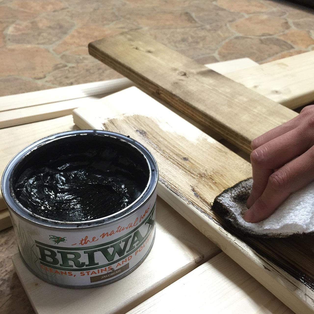 キッチンのデッドスペースを活用できる、スパイス棚のDIY。ゴチャつきがちな調味料類をサイズ別に収納することで、より整頓された印象に。ブラックの板は換気扇と同系色の色なので、よく馴染む。2