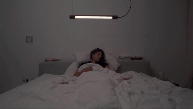 日光と同様の色味で室内を照らす、スマホやタブレットで制御できるペンダントライト「Kiën Light Licht 1」。そもそも人間は、時間帯によって脳の中で分泌される成分が異なり、朝起きる時の「コルチゾール」と、睡眠へ導くホルモン「メラトニン」の分泌には日光が大きく影響します。2