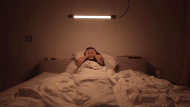 日光と同様の色味で室内を照らす、スマホやタブレットで制御できるペンダントライト「Kiën Light Licht 1」。そもそも人間は、時間帯によって脳の中で分泌される成分が異なり、朝起きる時の「コルチゾール」と、睡眠へ導くホルモン「メラトニン」の分泌には日光が大きく影響します。7