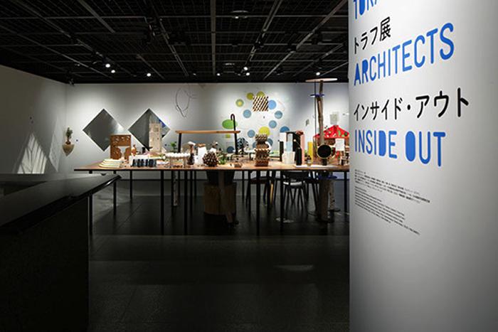 建築の情報を発信するTOTOギャラリー・間では、鈴野浩一さんと禿真哉さんによる、空気の器やKLASKAを設計した建築家ユニット・トラフ建築設計事務所の個展を開催中。訪れる人を楽しませることを主眼に置き、トラフ建築設計事務所の世界に引き込む今回の展覧会は、秋のお出かけやデートにぴったりです。1