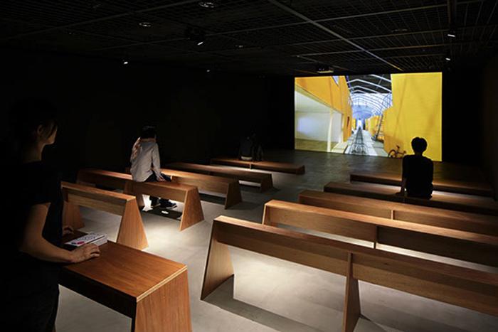 建築の情報を発信するTOTOギャラリー・間では、鈴野浩一さんと禿真哉さんによる、空気の器やKLASKAを設計した建築家ユニット・トラフ建築設計事務所の個展を開催中。訪れる人を楽しませることを主眼に置き、トラフ建築設計事務所の世界に引き込む今回の展覧会は、秋のお出かけやデートにぴったりです。7