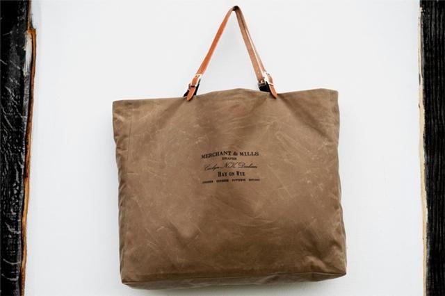 イギリスに拠点を置く裁縫ブランド、Merchant & Millsによる、オイルスキンのバッグキット。カット済みなので、ミシンで縫うだけで、レザーのナチュラルな色合いが渋くてかっこよくて、丈夫なオイルスキンバッグのできあがり。プレゼントにもおすすめです。