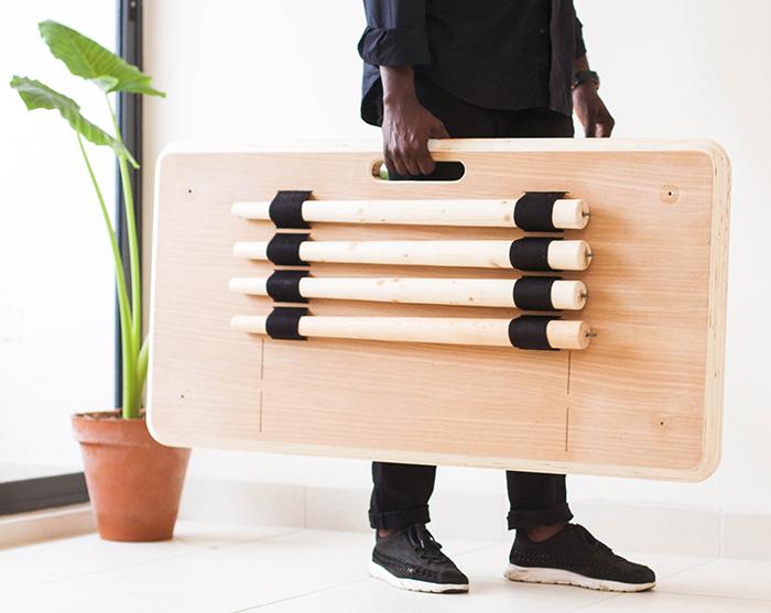 アフリカ最大の経済大国ナイジェリアの都市ラゴスで生まれた、ポータブルなテーブル。テーブルとして使用する時は、持ち手の穴にPCまわりの配線が通せるようになっているのがグッド。DIYで真似できそうです。