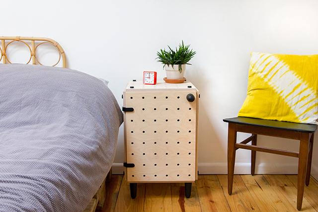 自由なカタチに組み立てられる、ペグボードを活かしたDIY家具の紹介。組み立てに複雑な工程はなく、なんと工具も必要ありません。多様化する生活スタイルの中では、すぐ形を変えられる家具はうれしいですね。