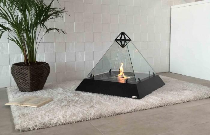 マンションで本物の炎を使える、バイオエタノール暖炉の紹介。ルーブル・ピラミッド由来のデザインで、全面ガラス張りなので、どこからでも炎の揺らめきを楽しめます。薪と違って灰や煙が出ず、掃除が楽チンです。
