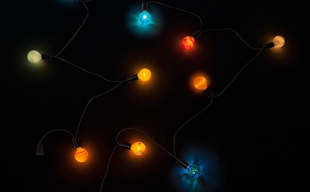 部屋を宇宙空間っぽくしてしまおう。そんな純粋な人々の願いを叶えてくれそうなのが、こちらのThinkGeekによる電球セット。太陽、水星、金星、地球、火星、木星、土星、天王星、海王星や冥王星まで太陽系とそれ以外を含む惑星をイメージした電球が幻想的にデザインされています。1