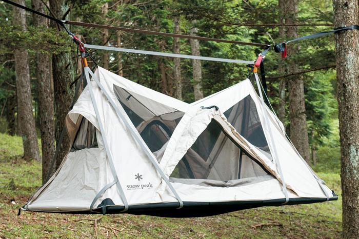 「スカイネスト」は、文字通り宙に浮かぶハンギングスタイルのテント。テントとハンモック、ダブルのワクワク感を味わえるのが魅力です。また、宙に浮いているので、寝そべっているときに地面のデコボコが気になりません。