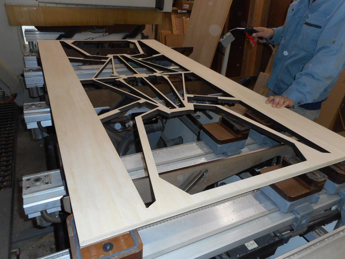 家具づくりで木材を切ったり削ったりする過程で生まれる廃棄物。家具を作る上で生まれる廃棄物にデザインを与え、アートピースに昇華したのが、山崎製作所による、レーザープリンターでカッティングされた椅子「スカラベ」だ。2脚の椅子を切り出した板から、自分で組み立ててDIYできる。5