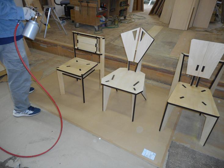 家具づくりで木材を切ったり削ったりする過程で生まれる廃棄物。家具を作る上で生まれる廃棄物にデザインを与え、アートピースに昇華したのが、山崎製作所による、レーザープリンターでカッティングされた椅子「スカラベ」だ。2脚の椅子を切り出した板から、自分で組み立ててDIYできる。1