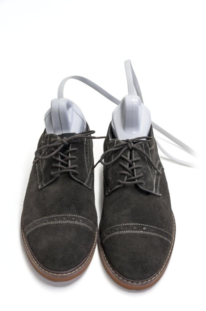 アメリカ発・水も洗剤も使わない靴洗浄機「SteriShoe+(ステリシュー・プラス)」の紹介。世界9カ国で特許を取得した殺菌テクノロジーで、自宅で革靴やハイヒールなどの手入れができる新しい家電。靴の中の真菌・バクテリア・雑菌を99.9パーセント殺菌。2
