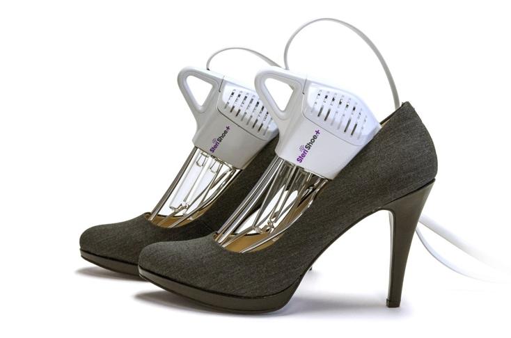 アメリカ発・水も洗剤も使わない靴洗浄機「SteriShoe+(ステリシュー・プラス)」の紹介。世界9カ国で特許を取得した殺菌テクノロジーで、自宅で革靴やハイヒールなどの手入れができる新しい家電。靴の中の真菌・バクテリア・雑菌を99.9パーセント殺菌。3