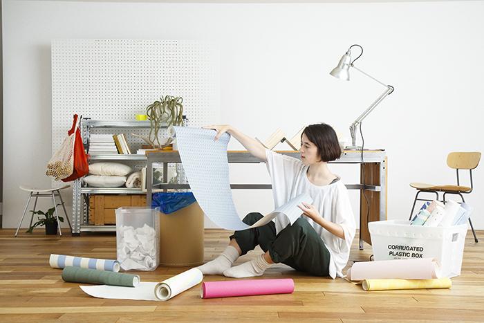 賃貸でも気軽に壁をおしゃれなイメージを変えることができる、壁紙会社whoによる「EASY2WaLL(イージートゥーウォール)」切って貼ってはがせる壁紙。賃貸の模様替えに最適で、再利用もOK。ひとりでも扱いやすい45cm幅。糊やローラー、専門的な工具は一切不要。気泡が入りづらく、誰でも簡単に張ることができる。1