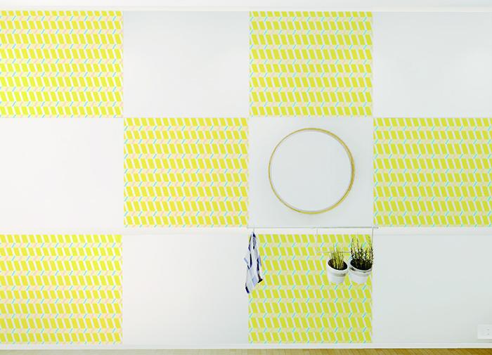 賃貸でも気軽に壁をおしゃれなイメージを変えることができる、壁紙会社whoによる「EASY2WaLL(イージートゥーウォール)」切って貼ってはがせる壁紙。賃貸の模様替えに最適で、再利用もOK。ひとりでも扱いやすい45cm幅。糊やローラー、専門的な工具は一切不要。気泡が入りづらく、誰でも簡単に張ることができる。10