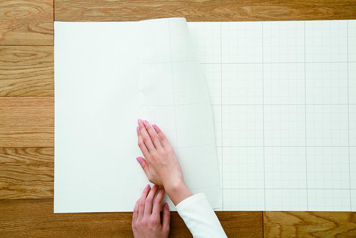 賃貸でも気軽に壁をおしゃれなイメージを変えることができる、壁紙会社whoによる「EASY2WaLL(イージートゥーウォール)」切って貼ってはがせる壁紙。賃貸の模様替えに最適で、再利用もOK。ひとりでも扱いやすい45cm幅。糊やローラー、専門的な工具は一切不要。気泡が入りづらく、誰でも簡単に張ることができる。4