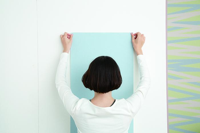 賃貸でも気軽に壁をおしゃれなイメージを変えることができる、壁紙会社whoによる「EASY2WaLL(イージートゥーウォール)」切って貼ってはがせる壁紙。賃貸の模様替えに最適で、再利用もOK。ひとりでも扱いやすい45cm幅。糊やローラー、専門的な工具は一切不要。気泡が入りづらく、誰でも簡単に張ることができる。5