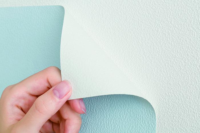 賃貸でも気軽に壁をおしゃれなイメージを変えることができる、壁紙会社whoによる「EASY2WaLL(イージートゥーウォール)」切って貼ってはがせる壁紙。賃貸の模様替えに最適で、再利用もOK。ひとりでも扱いやすい45cm幅。糊やローラー、専門的な工具は一切不要。気泡が入りづらく、誰でも簡単に張ることができる。6