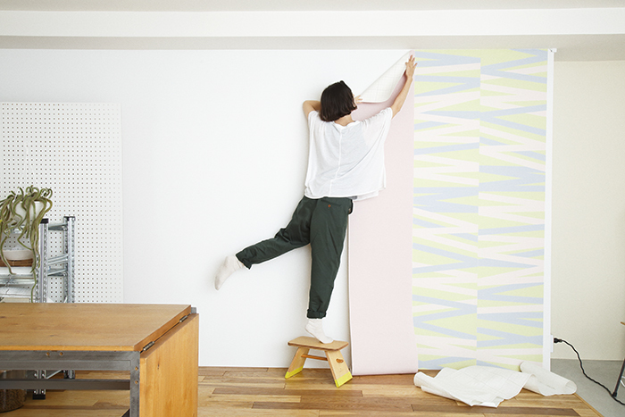 賃貸でも気軽に壁をおしゃれなイメージを変えることができる、壁紙会社whoによる「EASY2WaLL(イージートゥーウォール)」切って貼ってはがせる壁紙。賃貸の模様替えに最適で、再利用もOK。ひとりでも扱いやすい45cm幅。糊やローラー、専門的な工具は一切不要。気泡が入りづらく、誰でも簡単に張ることができる。7