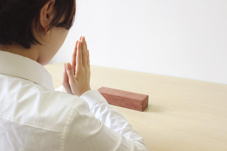 故人を偲び、手を合わせる文化と、必要な仏壇づくりの技術を残すために作られた「旅する仏壇」をご紹介。大きくて置き場所に困る仏壇を、位牌・お鈴など、必要な要素を最小限に絞り、すべて箱におさめて持ち運べるよう500mlのペットボトルくらいの大きさに設計されている。