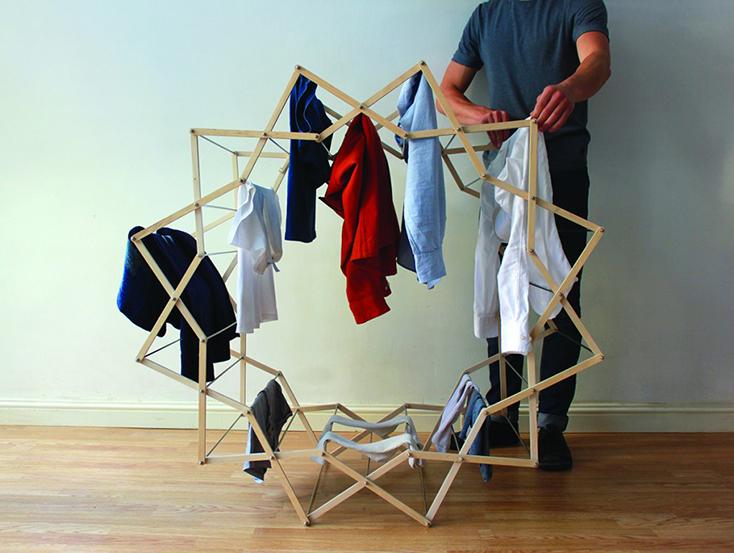 わざわざ部屋干ししたくなるようなデザインの物干しスタンド「Clothes Horse」の紹介。デザインしたのはAaron Dunkertonさん。とあるショップでは吊るしてインテリアにしていることからも、そのデザイン性の高さが分かります。5