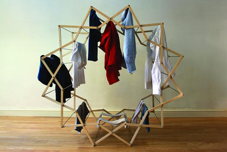 わざわざ部屋干ししたくなるようなデザインの物干しスタンド「Clothes Horse」の紹介。デザインしたのはAaron Dunkertonさん。とあるショップでは吊るしてインテリアにしていることからも、そのデザイン性の高さが分かります。1