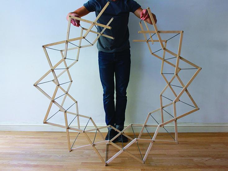 わざわざ部屋干ししたくなるようなデザインの物干しスタンド「Clothes Horse」の紹介。デザインしたのはAaron Dunkertonさん。とあるショップでは吊るしてインテリアにしていることからも、そのデザイン性の高さが分かります。4
