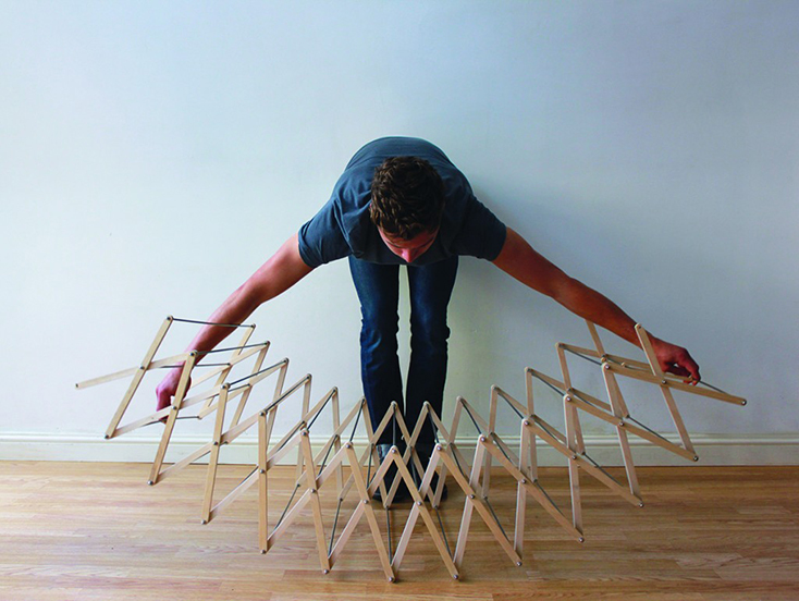 わざわざ部屋干ししたくなるようなデザインの物干しスタンド「Clothes Horse」の紹介。デザインしたのはAaron Dunkertonさん。とあるショップでは吊るしてインテリアにしていることからも、そのデザイン性の高さが分かります。3