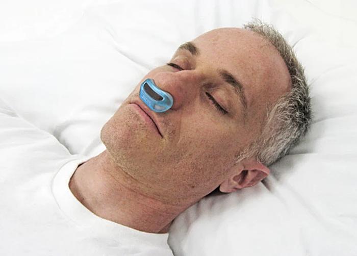 寝ているうちに呼吸が止まり、脳や心臓への酸素の供給が滞ってしまう、睡眠時無呼吸症候群。患者は人工のおよそ2%にのぼると言われている。そんな恐ろしい病気からあなたの命を救うかもしれない小さなガジェットが、クラウドファンディングで話題を集めている。
