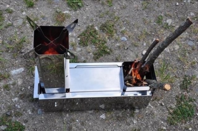 小型化や軽量化が進むアウトドアギア業界に、携帯式コンロが登場した。キャンプでの調理器具と言うとガスやアルコールを使ったストーブが主流だが、「マキコン」は拾った木を燃料にするのでエコだ。さらにツーバーナーなので、ご飯と汁物を同時に作れて魅力的。