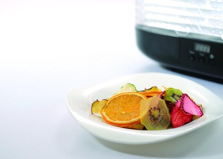 高い機能性と独特のデザイン性が特徴の家電製品メーカーPRINCESSの「フードドライヤー」をご紹介。ドライフルーツやドライフード、ビーフジャーキー、ドライフラワー、干し野菜などを手作りできる。6段トレイで一度にたくさんの食材を乾燥させることができる。