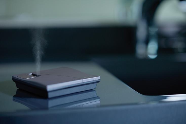 アットアロマが販売する「ピエゾディフューザースクエアー」をご紹介。手のひらサイズだが最大で約40畳まで香りを拡散することができ、熱や水を使用しないため香りにばらつきがなくアロマが楽しめる。コードレスなので、テーブルなどのちょっとしたスペースに配置可能。