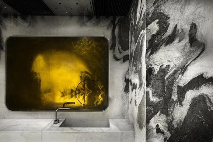 香港にあるホテル「TUVE」は、なんの施設か想像もつかないほど美しい建物だ。木目を基調とした「Comfort」、シームレスな空間を意識して作られた「Premier」、極限のミニマルを体現した「Deluxe」の3種の内装が楽しめる。食事のビジュアルも美しいので、アートやデザイン好きにオススメのホテルだ。