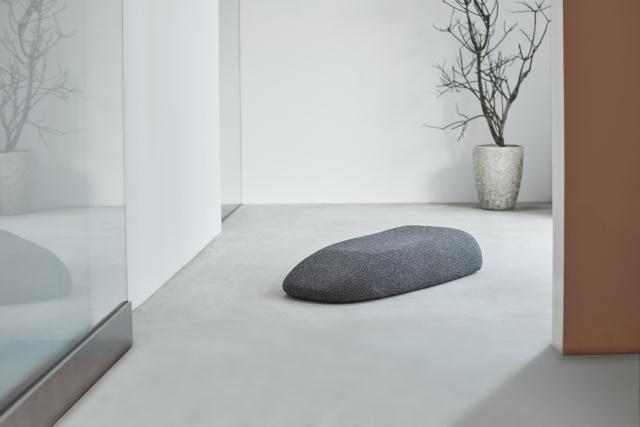 首や背中をしっかりしたポジションに導いてくれる、おしゃれでインテリアを壊さない小石のような形の電動マッサージ器「soft stone」を紹介。1995年にスウェーデンのストックホルムで結成したデザインチーム「Claesson Koivisto Rune」によるデザインです。1